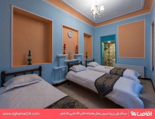 اتاق سه تخته رو به حیاط