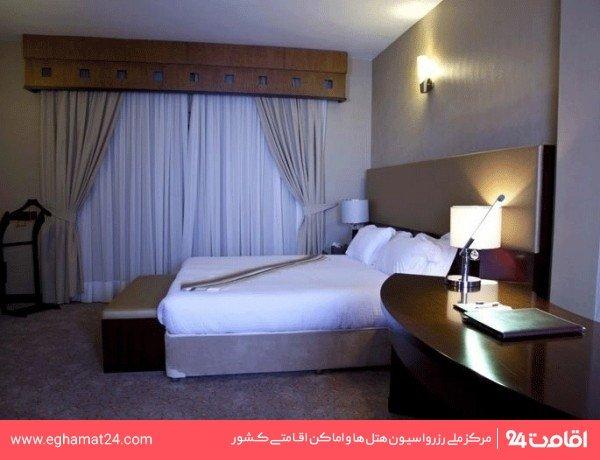 اتاق سه نفره رو به دریا(یک تخت دونفره+یک سرویس اضافه)