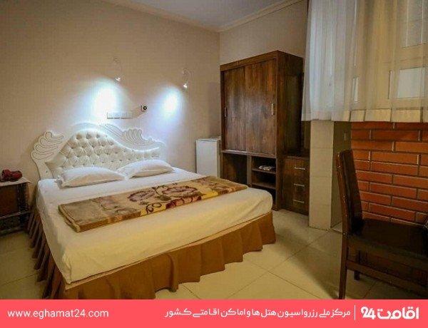 اتاق سه نفره  (یک تخت دو نفره + یک سرویس اضافه)