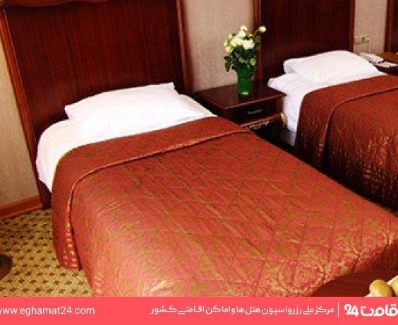 اتاق سه نفره ( دو تخت یک نفره + یک سرویس اضافه )