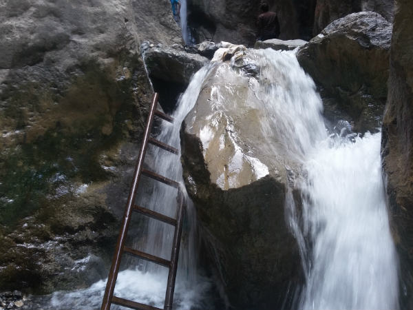 معرفی آبشار قره سو در مشهد