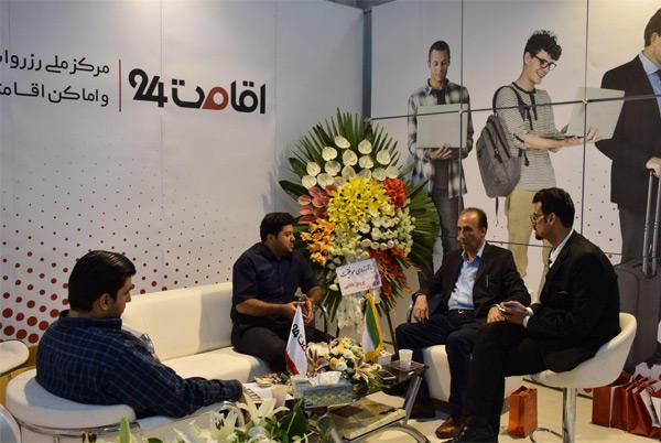 بازدید مجری خبر صدا و سیما از غرفه اقامت 24 در نمایشگاه الکامپ