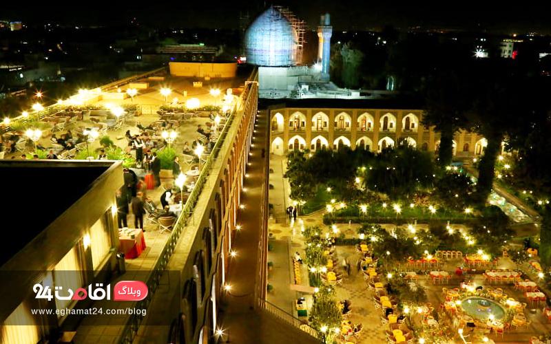 حیاط هتل عباسی شب