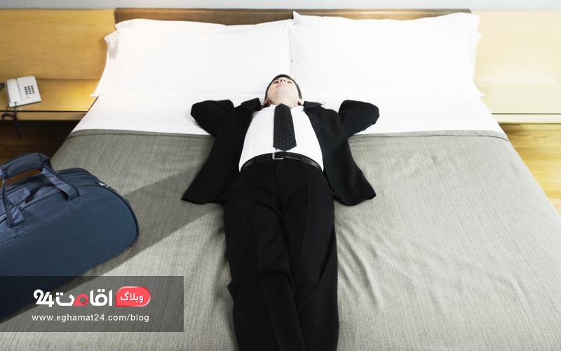 تخت خواب راحت در اتاق هتل
